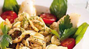Calamari-Salat im Kräuterbett